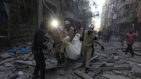 Syrische Weißhelme in der von Rebellen gehaltenen Seite der Stadt Aleppo tragen eine Leiche nach einem Luftangriff, 3. November 2015.