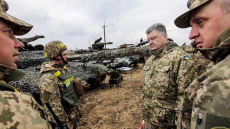 Der ukrainische Präsident Petro Poroschenko und der Stabschef der ukrainischen Streitkräfte treffen sich mit den Soldaten einer Panzereinheit im Gebiet Luhansk, 12. April 2017.