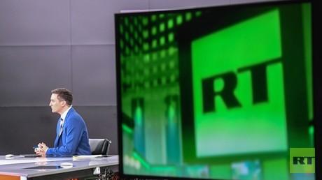 Ein TV-Moderator im Moskauer Studio von RT, 14. November 2017.