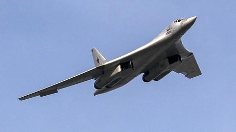 Ein strategischer russischer Tu-160 Bomber während einer Flugschau