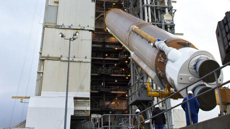Elon Musk lobt russische RD-180-Raketentriebwerke, spottet über  Boeing/Lockheed für deren Benutzung (Rakete Atlas-V bei der Installation auf ihrer Startrampe im kalifornischen Vandenberg; gut zu sehen: das Triebwerk der Hauptstufe RD-180)