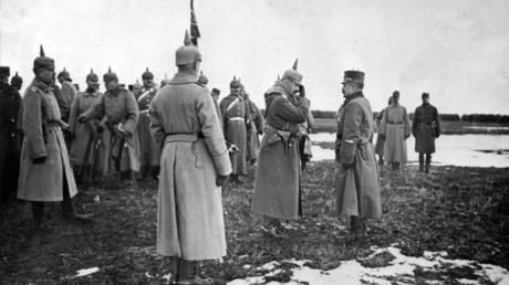 Kaiser Wilhelm II. besucht die Truppen an der Front in Galizien, das heute zur Westukraine gehört.