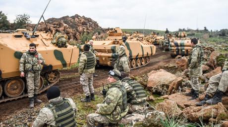 Am 21. Januar 2018 versammeln sich türkische Armeetruppen in der Nähe der syrischen Grenze bei Hassa in der Provinz Hatay.