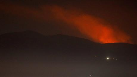 Rauch steigt hinter einem Berg auf, Nahe Damaskus, Syrien, 25. Dezember 2018.