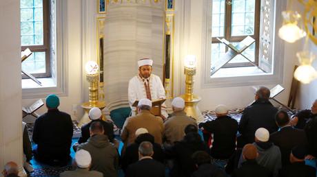 Menschen beten in der Şehitlik-Moschee in Berlin, die von der Türkisch-Islamischen Union  der Anstalt für Religion (Ditib) verwaltet wird.