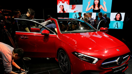 Im Februar 2018 war die Aufregung in Stuttgart und Berlin groß. Bei Daimler war quasi über Nacht ein Konkurrent aus China eingestiegen. Der chinesische Autokonzern Geely kaufte einen Anteil von 9,69 Prozent und wurde damit auf einen Schlag größter Anteilseigner des Dax-Konzerns.