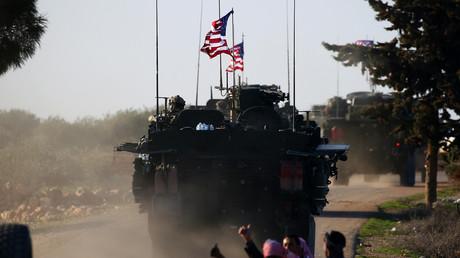 Ein Konvoi gepanzerter Fahrzeuge der US-Streitkräfte fährt nahe des Dorfes Yalanli, am westlichen Stadtrand der nordsyrischen Stadt Manbidsch.