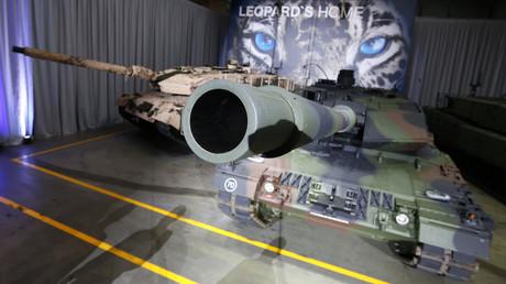 Der Panzer Leopard 2A7 des Rüstungsunternehmens Krauss-Maffei Wegmann (KMW) bei der offiziellen Übergabe an die Bundeswehr am 10.12.2014 in München