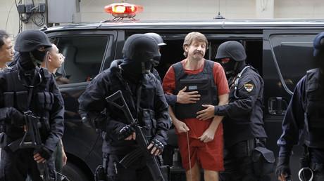 Wiktor But gestikuliert während er in ein Strafgericht gebracht wird