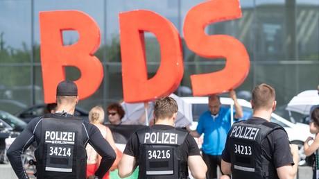 Abgeschirmt von der Polizei demonstrieren BDS-Aktivisten in Berlin gegen den Besuch des israelischen Ministerpräsidenten Netanjahu. (04. Juni 2018)