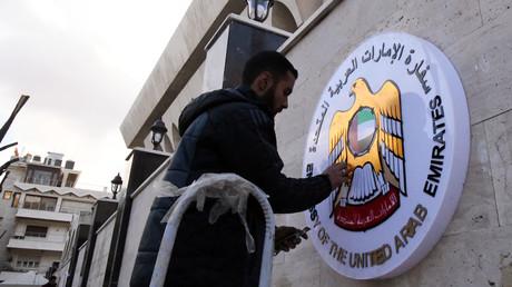 Ein Arbeiter bringt ein Schild an der am Donnerstag wiedereröffneten Botschaft der Vereinigten Arabischen Emirate in Damaskus an.