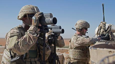 US-Soldaten überwachen das Gebiet während einer Patrouille in Manbidsch, 19. Dezember 2018.
