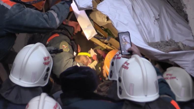 Russland: Gebäudeeinsturz mit mindestens 18 Toten – Baby nach 36 Stunden lebend aus Schutt geborgen
