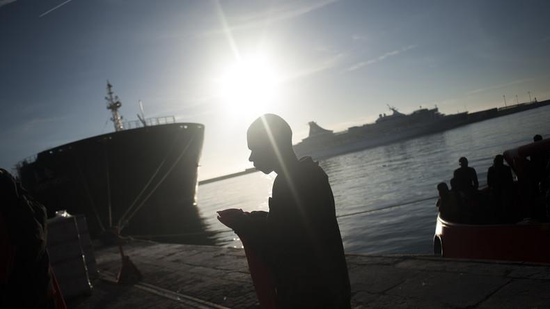 Migranten in Booten über Ärmelkanal geschleust: Britische Polizei nimmt zwei Männer fest