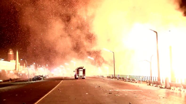 Silverster im Glutregen: Neujahrs-Lagerfeuer in Den Haag gerät völlig außer Kontrolle