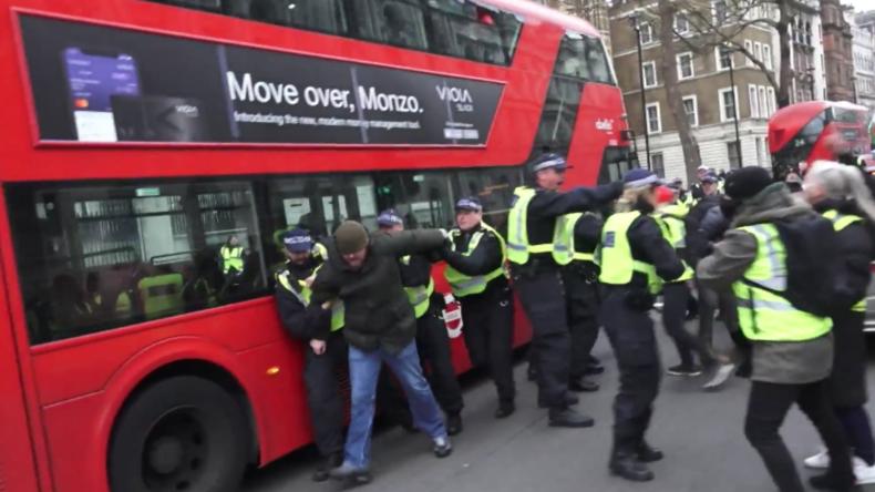 Handgreiflichkeiten zwischen Polizei und Gelbwesten in London