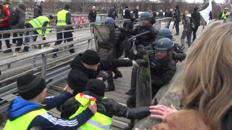 """Frankreich: """"Gelbwesten-Rocky"""" boxt Polizisten"""