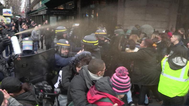 Protest der Gelbwesten-Frauen in Paris – Auch Demonstrantinnen stoßen mit Polizei zusammen