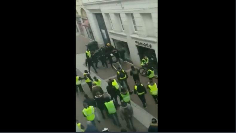 Protest-Berichte aus dem Büro? Reporter bleiben in Redaktion, weil Gelbwesten Kollegen jagten