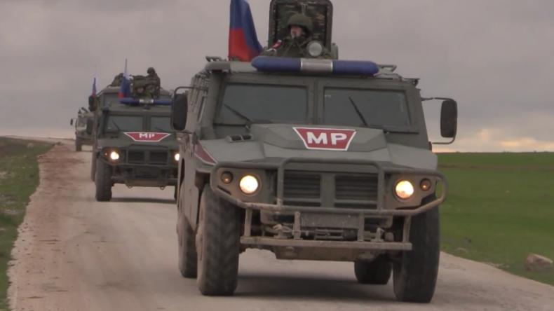 Syrien: Russische Militärpolizei beginnt Patrouille in Manbidsch nahe der türkischen Grenze