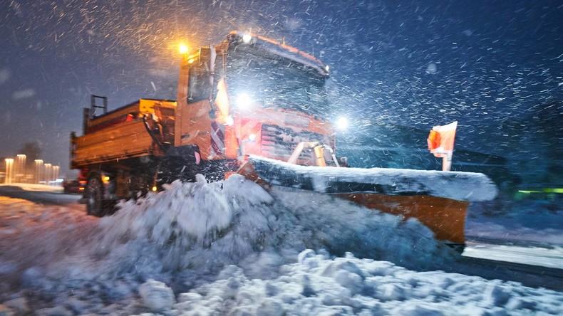 Schnee lähmt Verkehr in Bayern - Freier Tag für viele Schulkinder