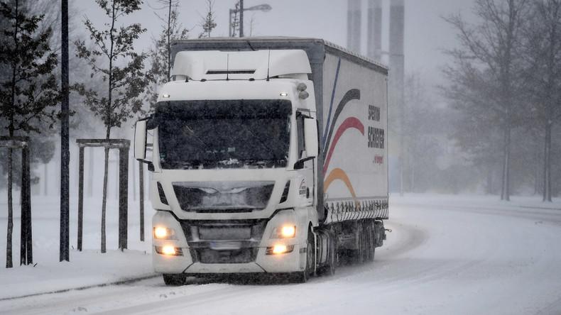 Fast 30 mutmaßliche Migranten in britischem Lastwagen entdeckt