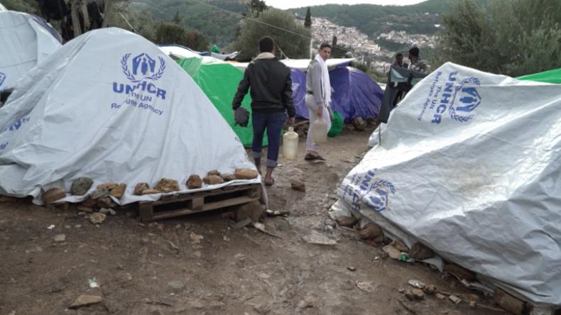 Griechenland: Flüchtlinge kritisieren langsames Asylverfahren im völlig überfüllten Lager Samos