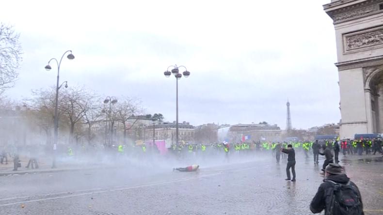 Wieder massive Zusammenstöße: Zehntausende Gelbwesten protestieren in Frankreich gegen Macron