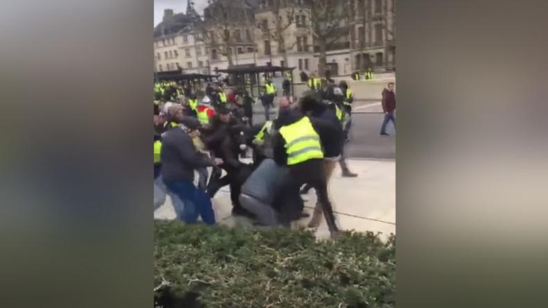 Frankreich: Journalisten-Team von TV-Sender LCI vor laufender Kamera von Gelbwesten angegriffen