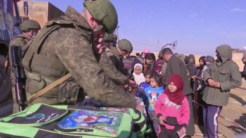 """Syrien: """"Essenspakete, Lebkuchen und Schultaschen für die Ärmsten"""" - Russland hilft in Manbidsch"""