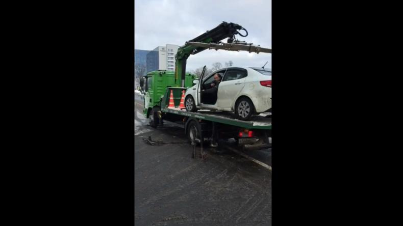 Russland: Gebt mir mein Auto wieder! Autofahrer holt seinen PKW von Abschlepper herunter
