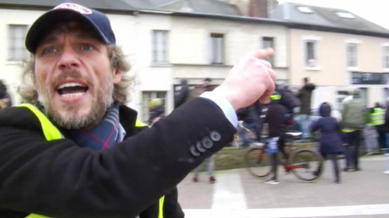 Gelbwesten folgen Macron und einer riesigen Polizei-Eskorte auf Debatten-Tour durch Frankreich