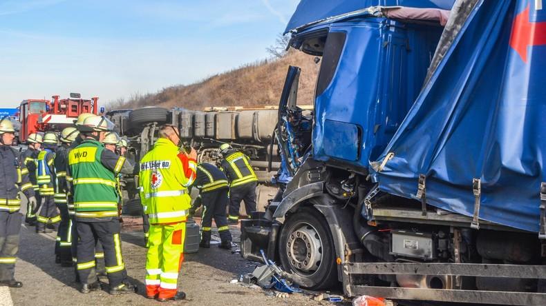 Nach tödlichem Autobahnunfall: Gaffer öffnen Tür von Krankenwagen