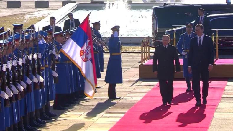 """Hoppla! Putin und Vučić """"brüskieren"""" versehentlich Delegationen bei der Begrüßungszeremonie"""