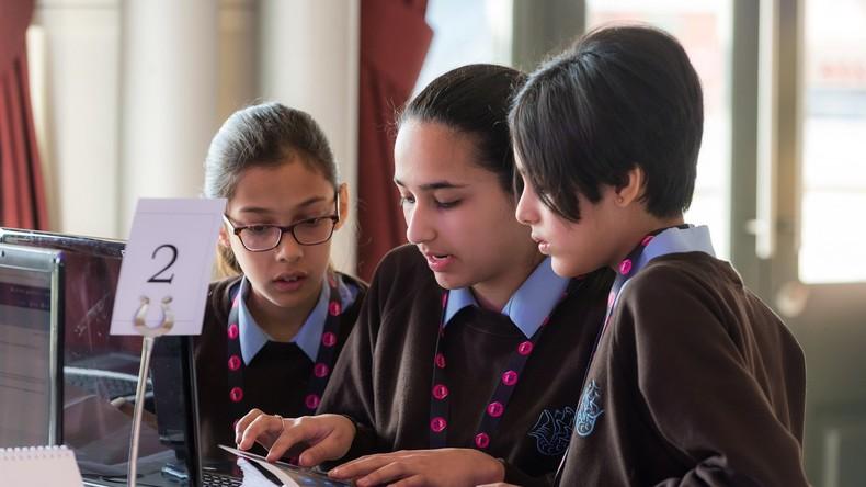 Britischer Geheimdienst auf neuer Mission: 600 weibliche Teenager werden zu Cyber-Waffen