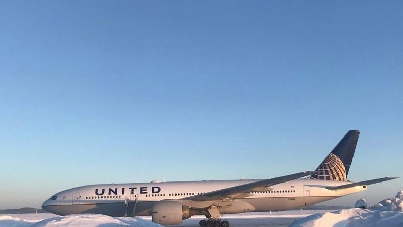 US-Flieger mit Passagieren steht 15 Stunden lang auf Militärflugplatz – bei -20°C mit offener Tür