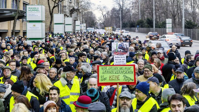 """""""In jedem Auto gibt es gelbe Warnwesten"""" - IG Metall warnt vor weiteren Belastungen für Autofahrer"""