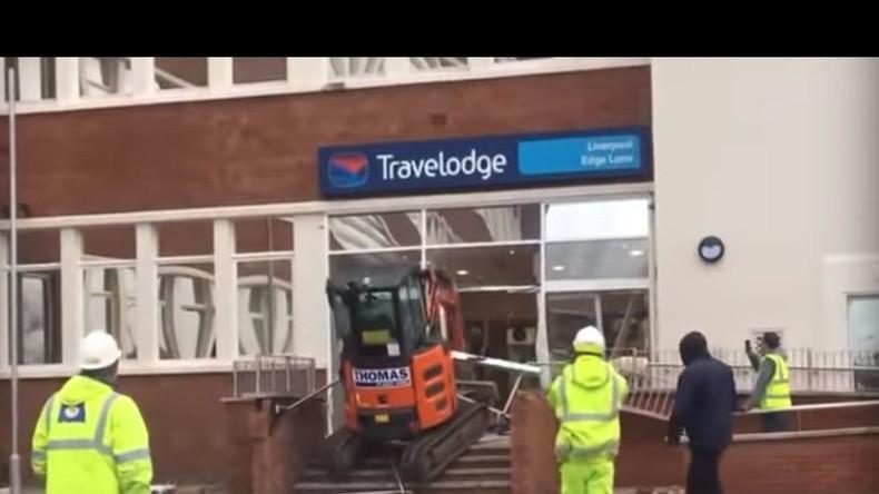 Lohn wohl nicht erhalten – Bauarbeiter demoliert Hotel mit Minibagger (VIDEO)