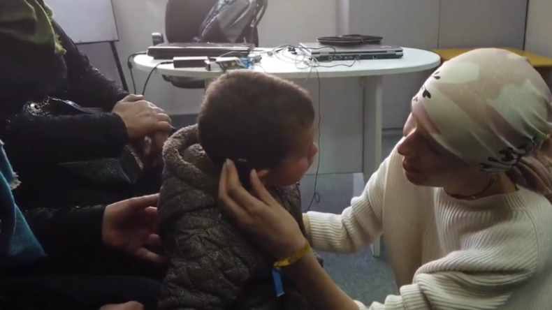 Zum ersten Mal Hören – Syriens krebskranke First Lady schenkt gehörlosem Jungen besonderes Hörgerät