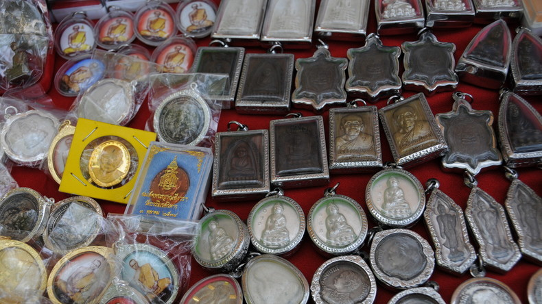 Keine echten Glücksbringer: Mann sticht auf Amulette-Verkäufer ein, um Schutzkraft zu widerlegen
