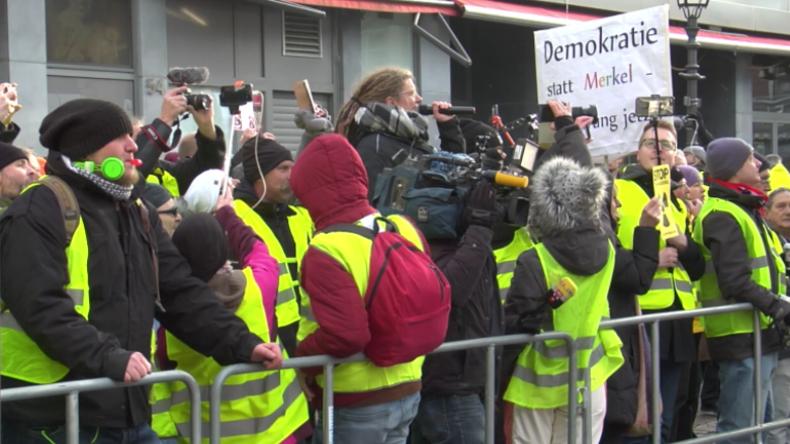 """""""Wir sind gegen unsere Politiker!"""": Gelbwesten-Demo bei Treffen von Merkel und Macron in Aachen"""