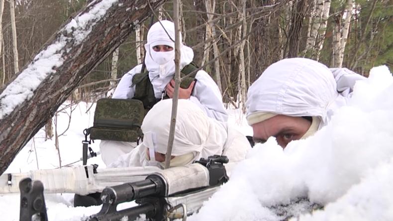 """""""Zu Fuß einen feindlichen Panzer kapern"""" - Russische Sabotageübung im tiefen Schnee des Urals"""