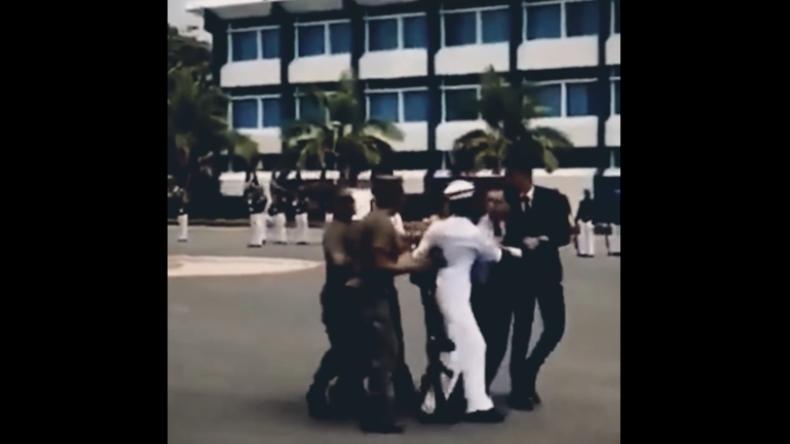 """""""Mama, Papa, das ist nichts für mich!"""": Matrosin in spe flieht vor Aufnahmezeremonie der Marine"""