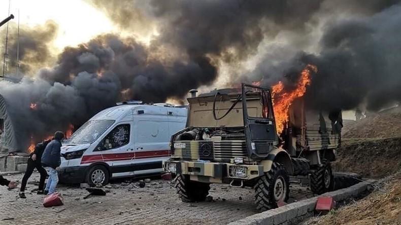 Zivilisten stürmen und setzen türkischen Militärstützpunkt im Nordirak in Brand (Video)