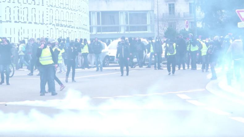 Chaos in Frankreich: Zehntausende Gelbwesten protestieren – Rote Schals wollen wieder Normalität