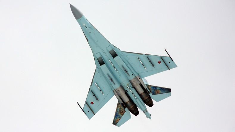 Russischer Jäger SU-27 fängt US-Spionageflugzeug über der Ostsee ab (Video)