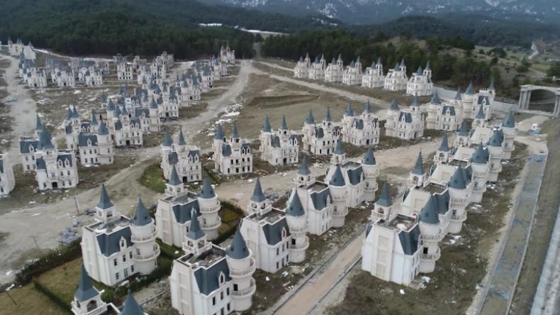 "Türkei: Hunderte luxuriöse Mini-Schlösser im ""Disney-Stil"" stehen nach Konkurs leer"