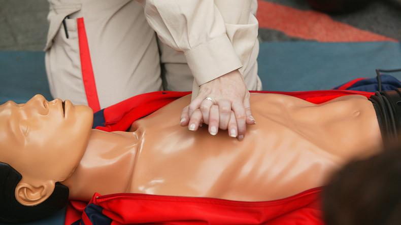 Bildung aus dem Fernsehen: Techniker rettet Leben einer Frau mit Herzdruckmassage gemäß TV-Serie
