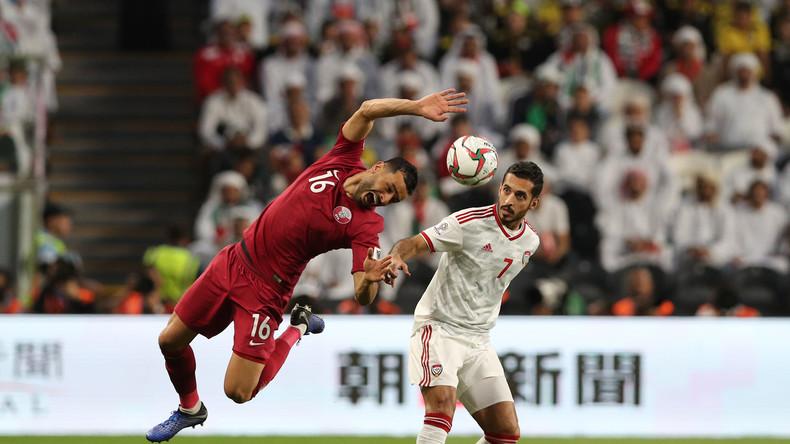 Schützenhilfe auf dem Fußballfeld: Emirate-Fans bewerfen Katars Spieler mit Schuhen (Video)