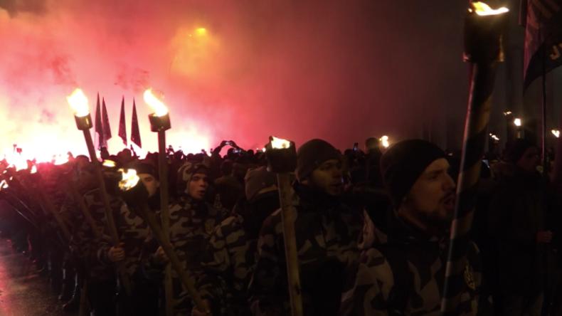 Ukraine: Rechtsextreme Gruppen gedenken der Schlacht bei Kruty mit Fackelmarsch